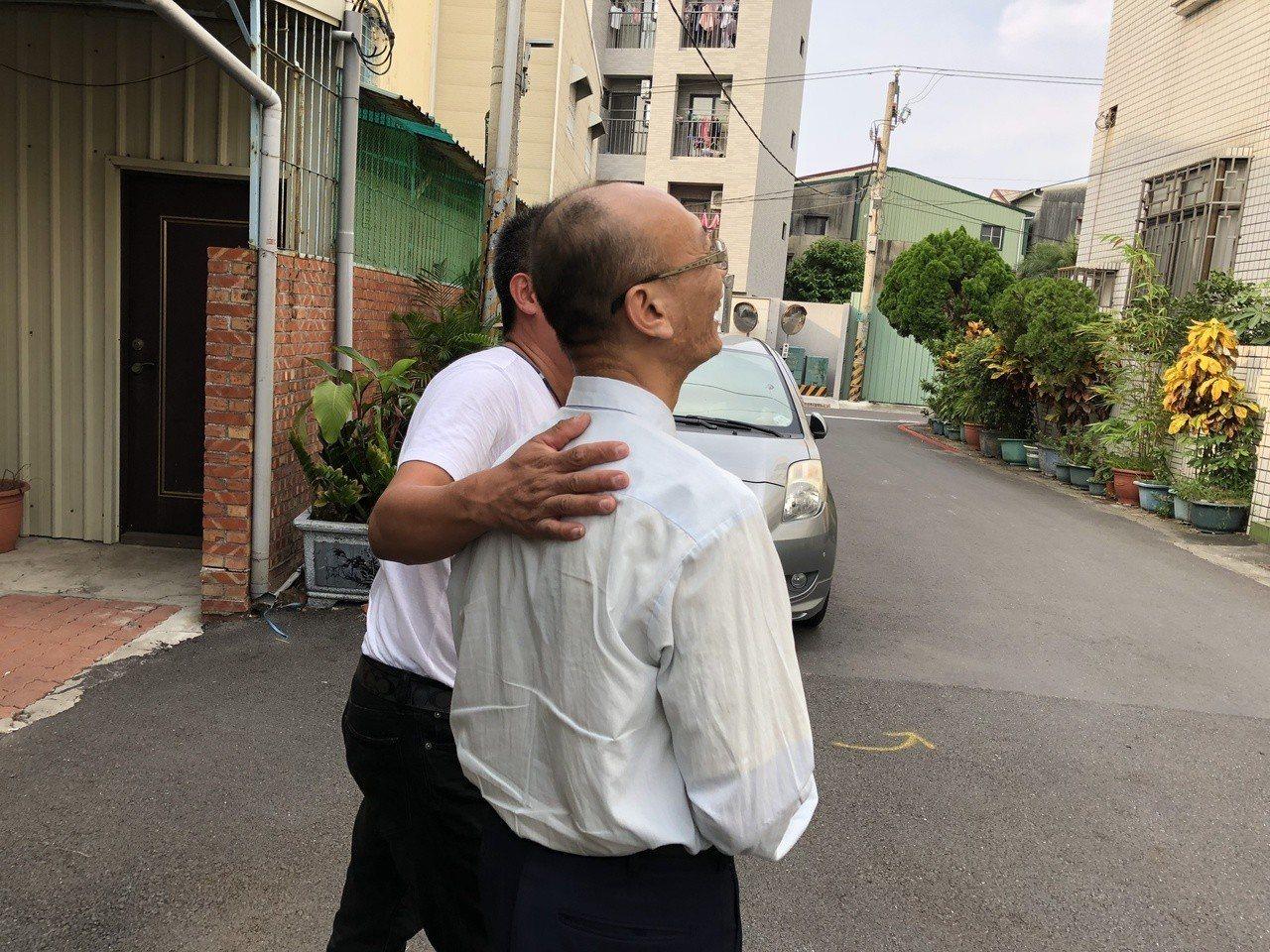 冤平協會志工(左)前往謝家致意,也長年為謝志宏奔走的哥哥加油打氣。記者邵心杰/攝...