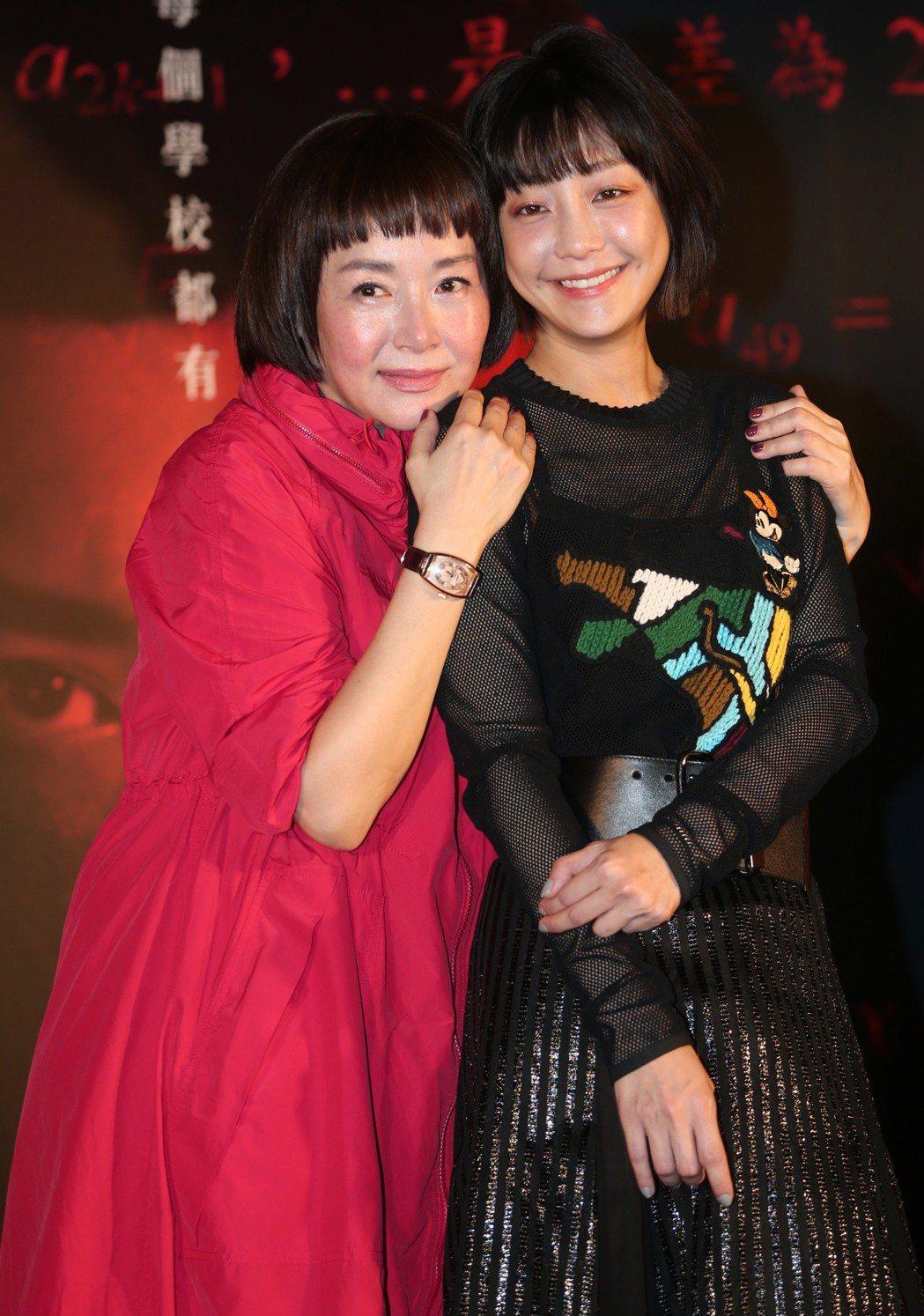 「藍色項圈」演員恬妞(左)與謝欣穎出席首映會。記者侯永全/攝影