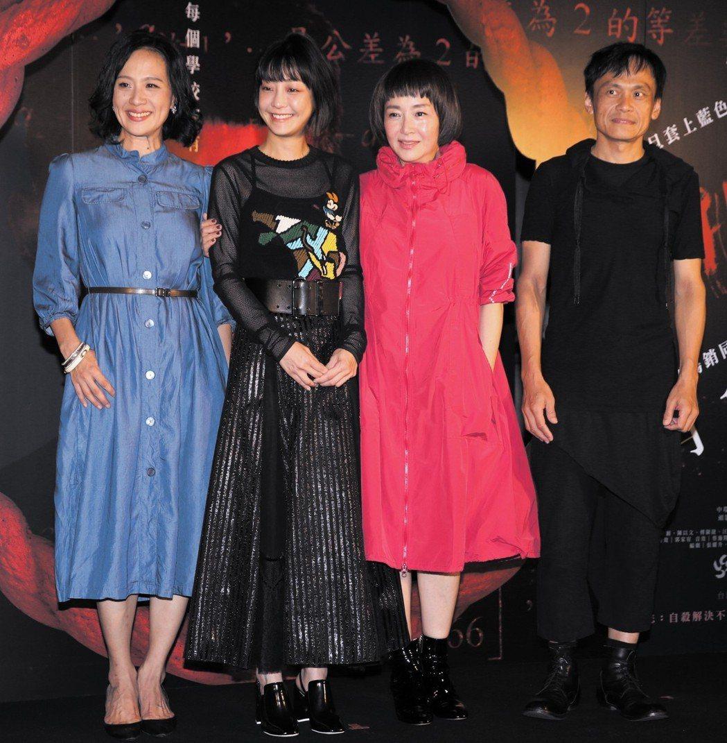 「藍色項圈」演員恬妞(右二)、謝欣穎(左二)、陳以文(右)及黃采儀(左)出席首映...