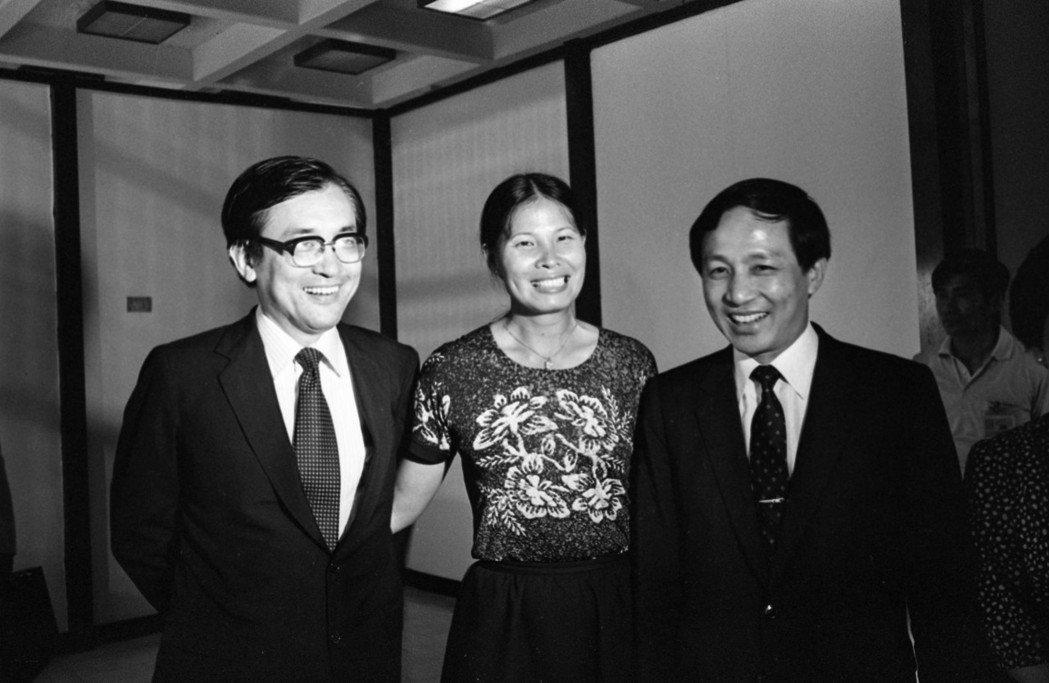1982年清華大學教授沈君山(左起)、立法委員紀政、台灣省議會議長高育仁,前往美...