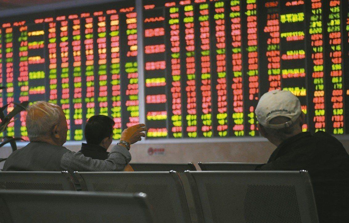 A股持續走弱,滬指昨天創下兩年半低點。圖為大陸投資人在券商營業廳看盤。 中新社