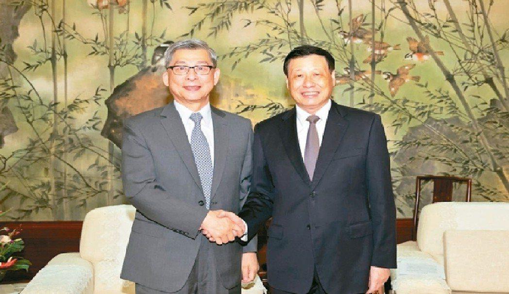 國泰金董事長蔡宏圖(左)會見上海市長應勇。 (取自上海東方網)