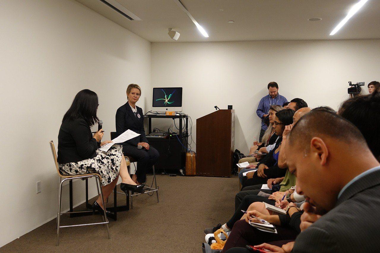 美國紐約州長參選人尼克森(Cynthia Nixon)11日首次到曼哈頓華埠,在...