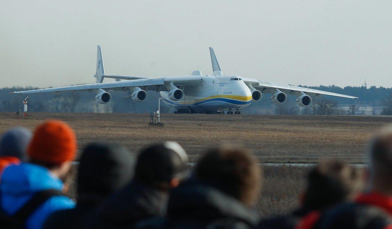 安托諾夫An-225運輸機(Antonov An-225)是現今全球最大型的空中...
