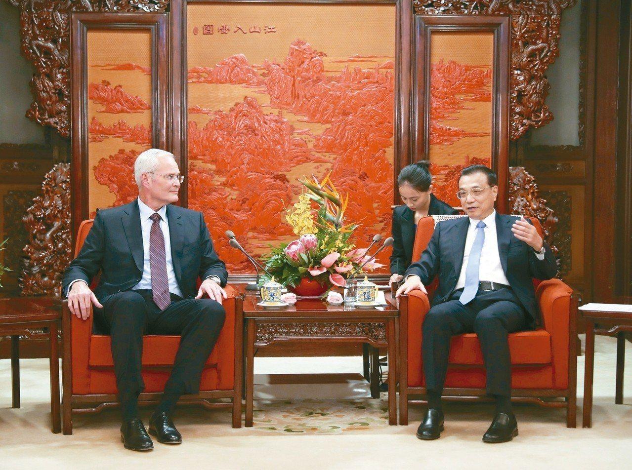 中國國務院總理李克強(右)7日會晤美克森美孚執行長伍茲,對該公司在華南地區的大型...