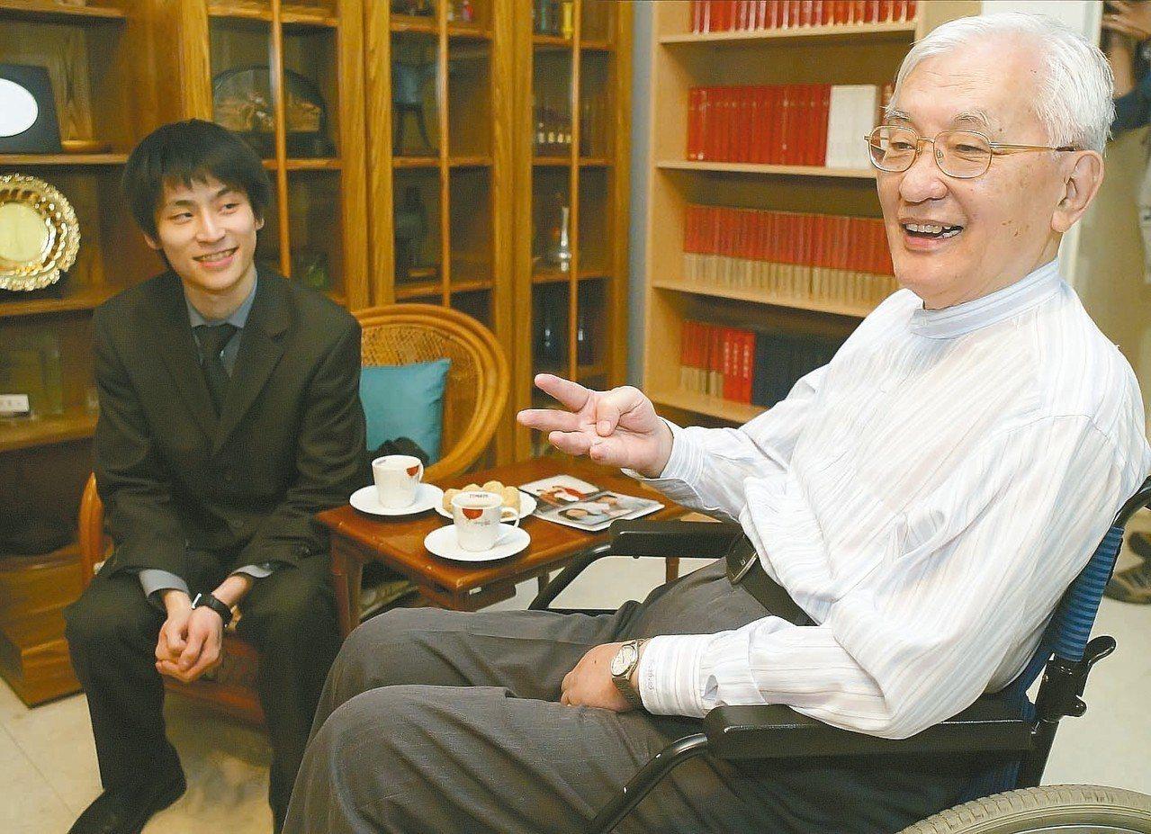 沈君山(右)與棋王張栩。 圖/聯合報系資料照片