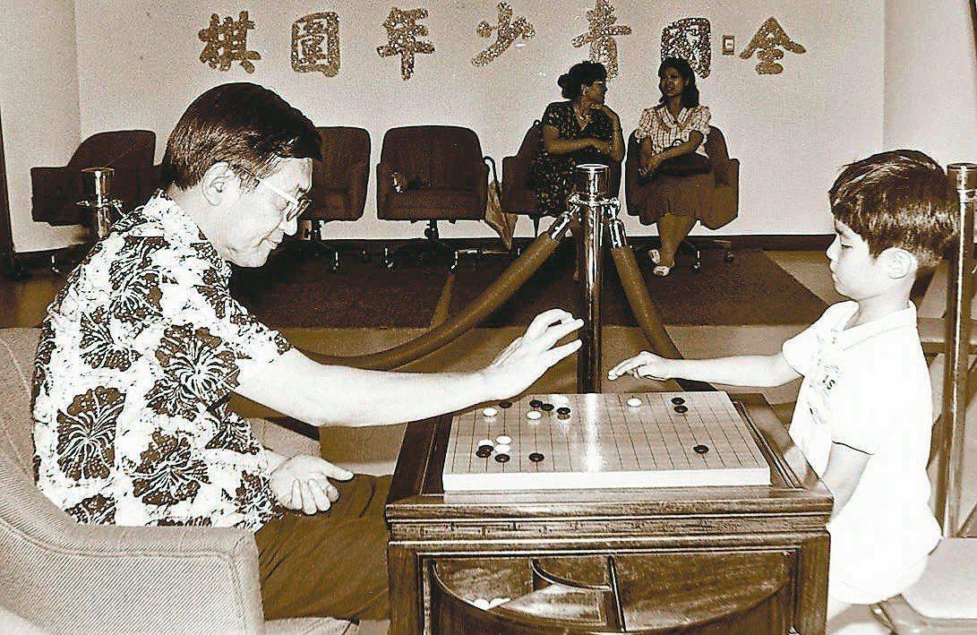 1987年,不滿7歲的圍棋天才張栩首度與沈君山對弈。經此一役,沈君山收張栩為義子...