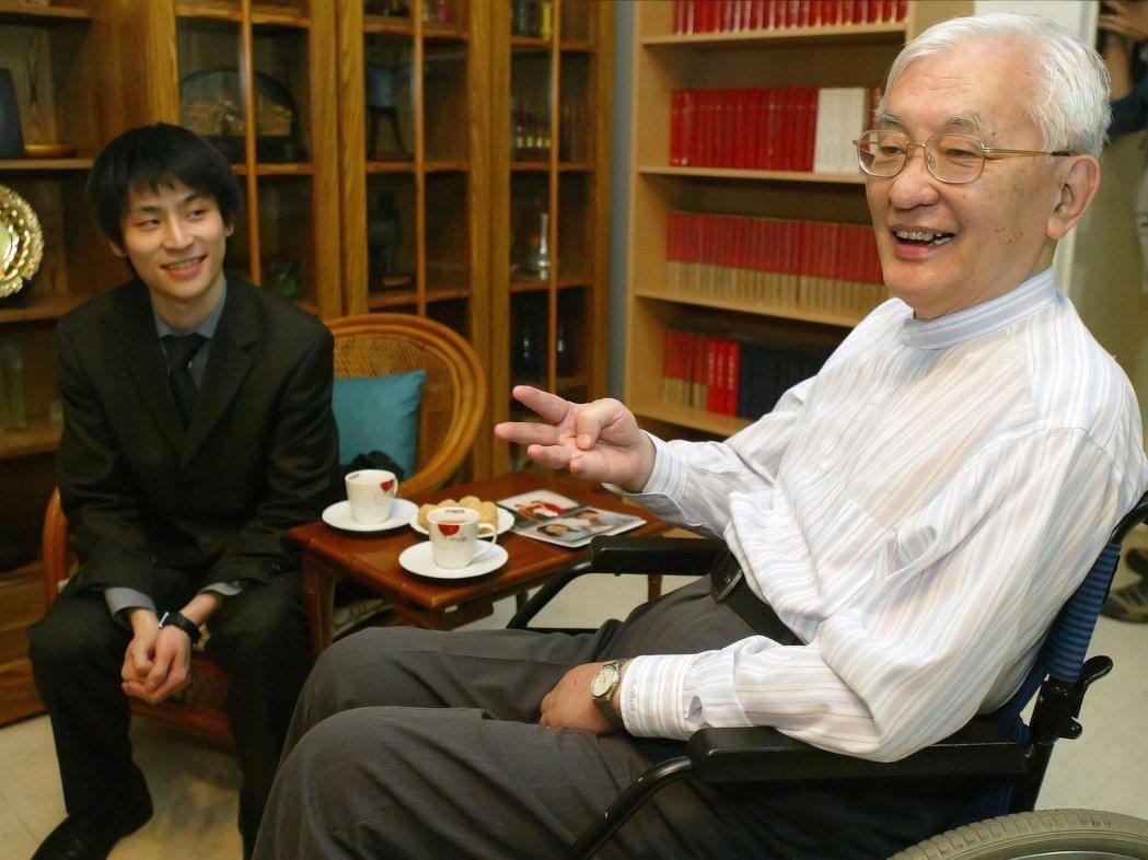 前政務委員、清大校長沈君山(右),左為他的義子張栩,也是最年輕獲得七大棋戰頭銜的...