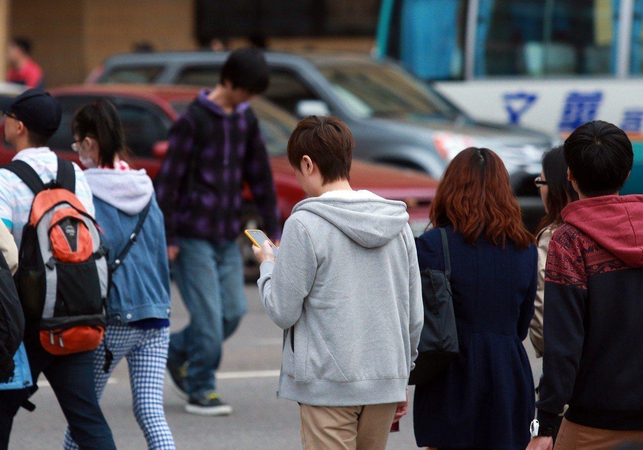 民眾常低頭查看手機訊息,醫生呼籲做好護眼工作。 圖/聯合報系資料照片
