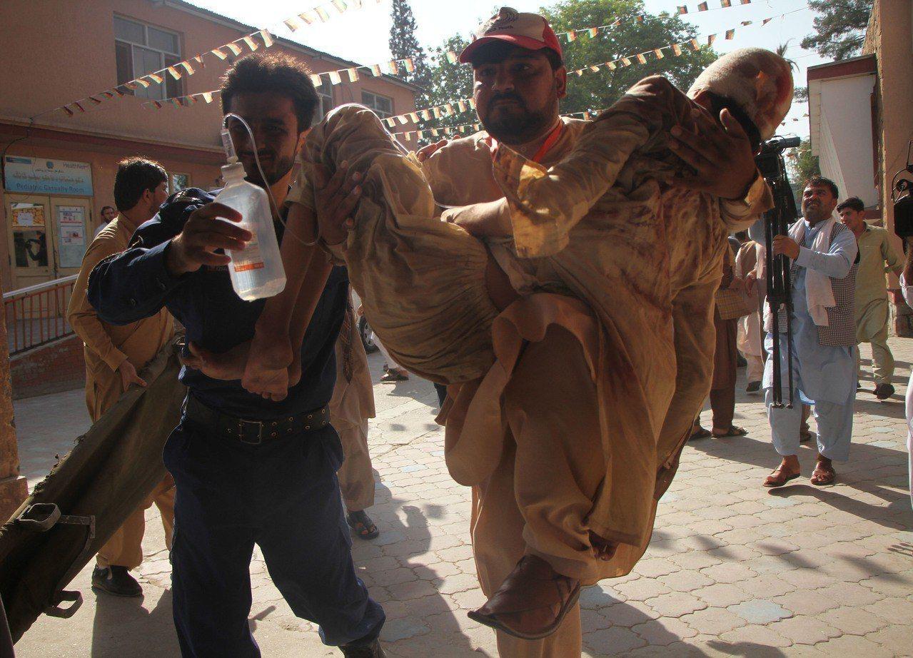 阿富汗東部南加哈省昨天發生自殺炸彈攻擊,死亡人數已升至68人。 新華社