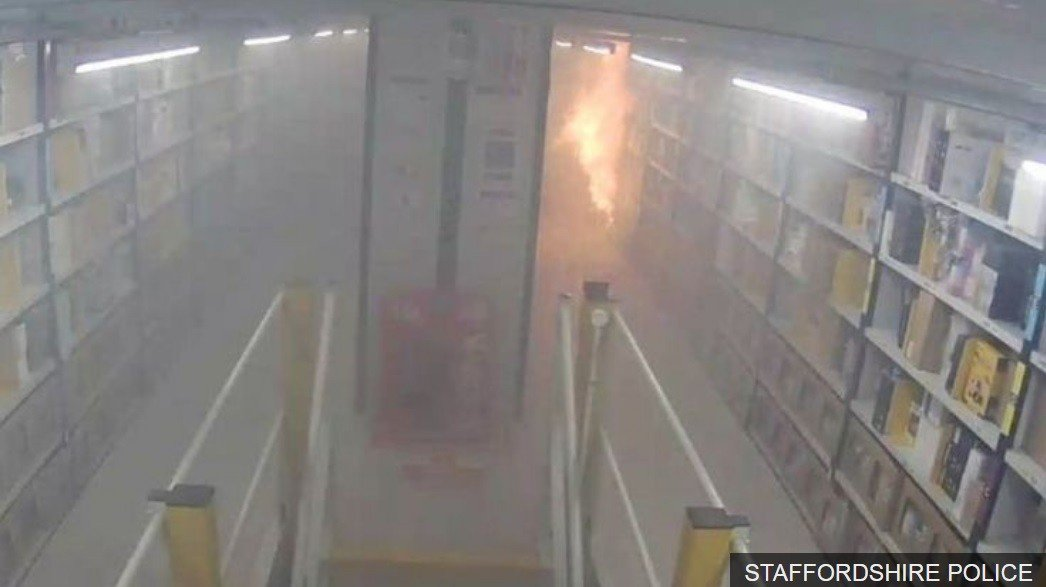 英國亞馬遜員工阿里縱火,大火造成亞馬遜近800萬英鎊的損失。圖擷自BBC