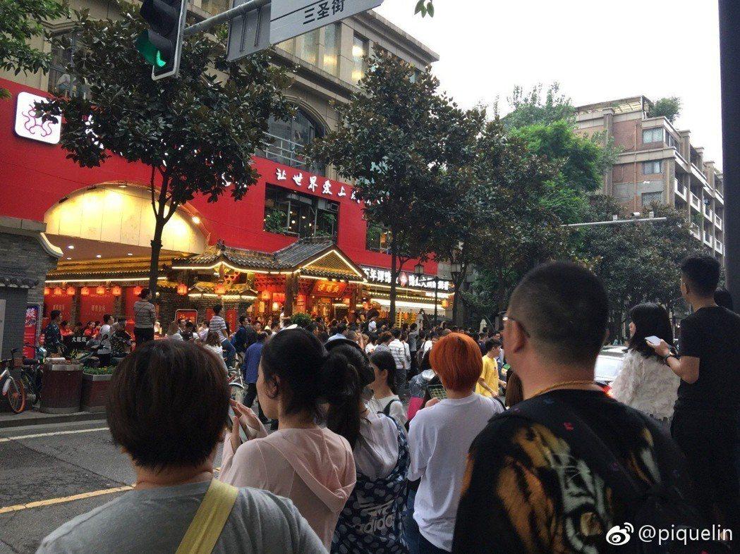 民眾圍觀謝霆鋒吃火鍋。圖/擷自微博。