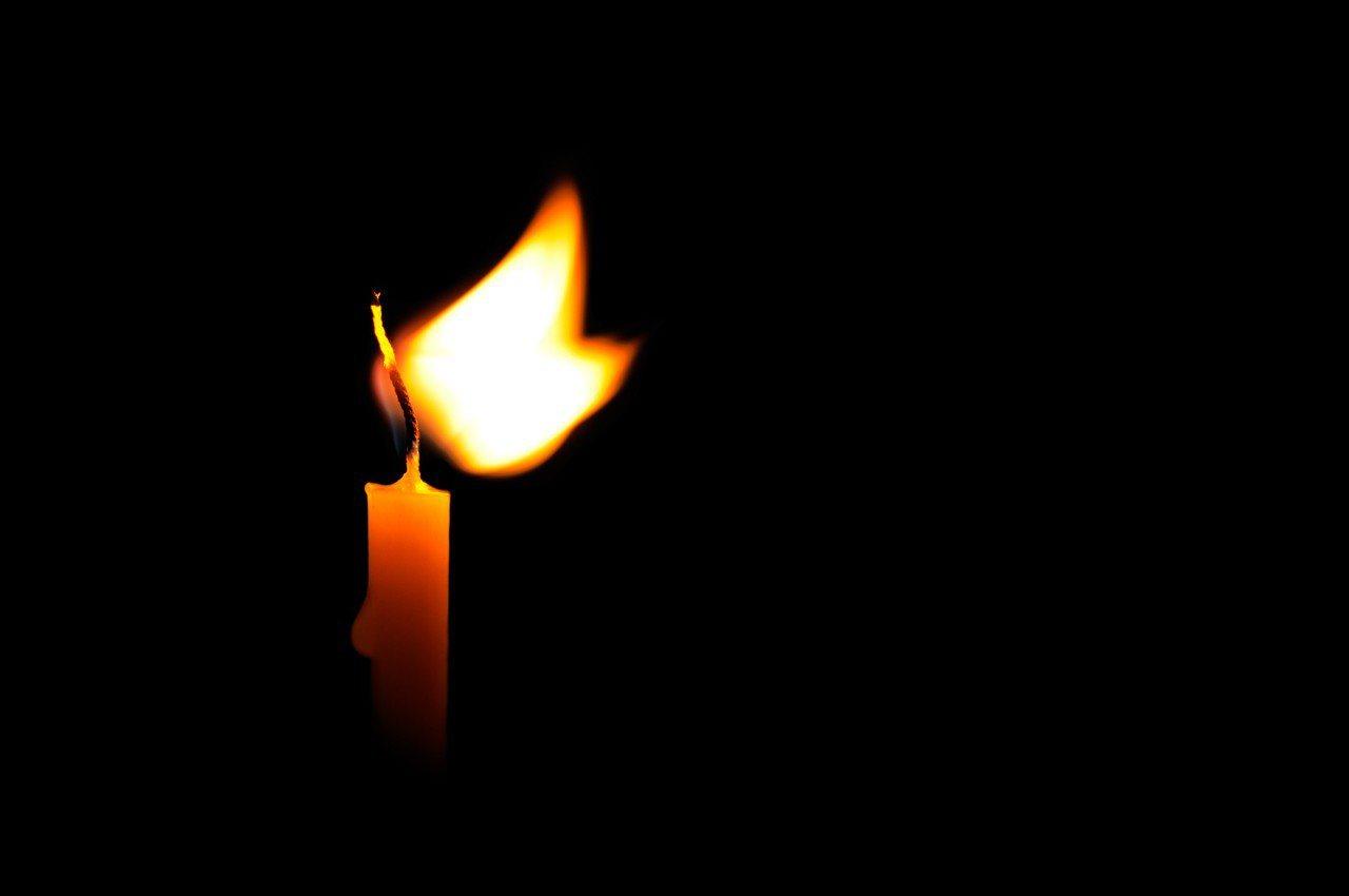 示意圖。美國康乃狄克州一名婦人,停電時想點根蠟燭照明,不料卻意外點到炸藥,把自己...