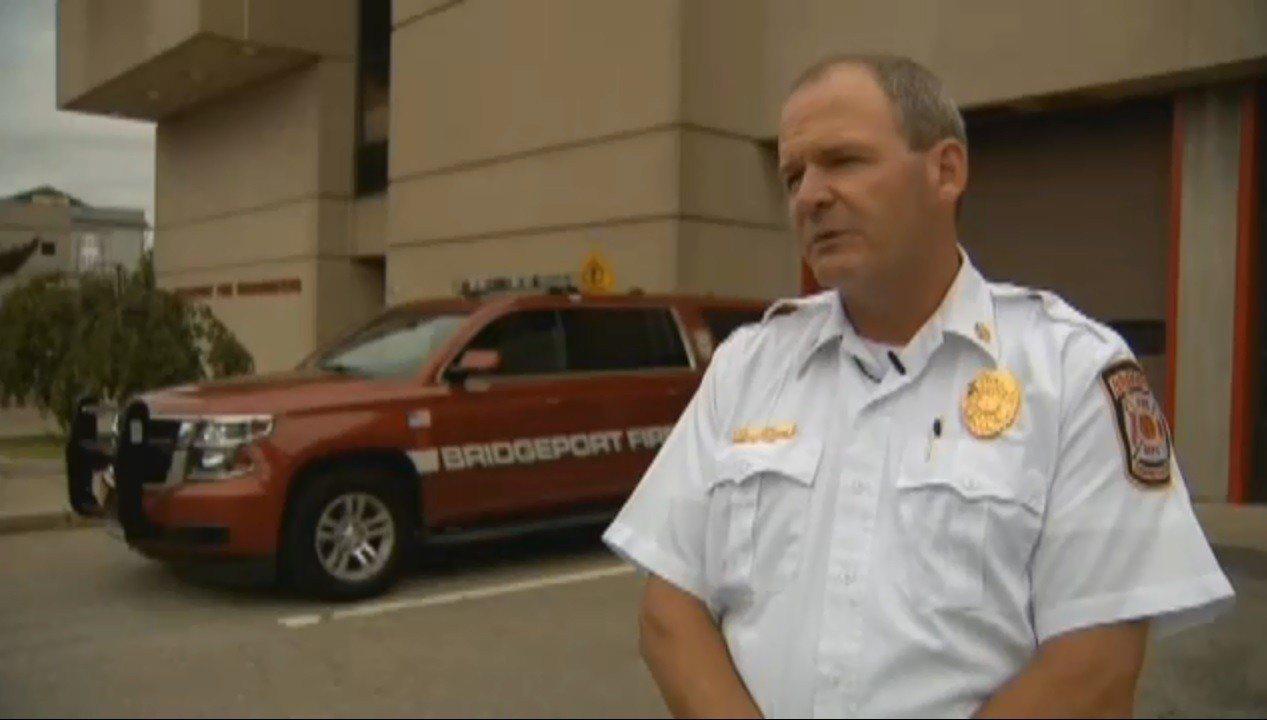 當地的消防人員說,婦人意外點燃炸藥是場悲劇,停電前應有所準備,確保家中有必要物品...