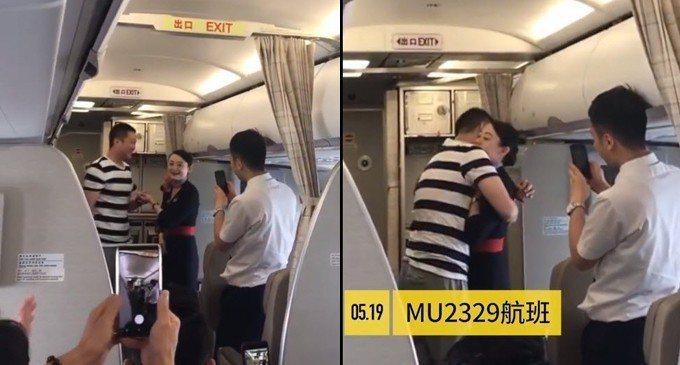 空姐在值勤航程中,被突然出現的男友求婚。空姐接受男友求婚後,兩人相互擁抱。 擷自...