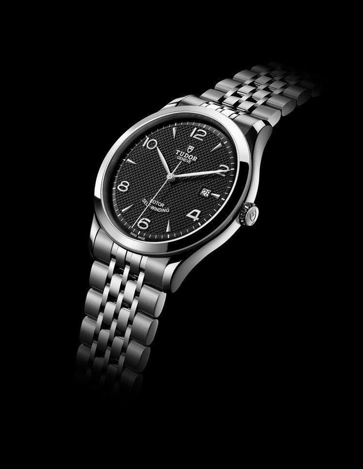 錶帶共有 7 排不同尺寸的鏈節,緊密貼合手腕曲線,多種工藝令腕錶更添優雅氣質,且...