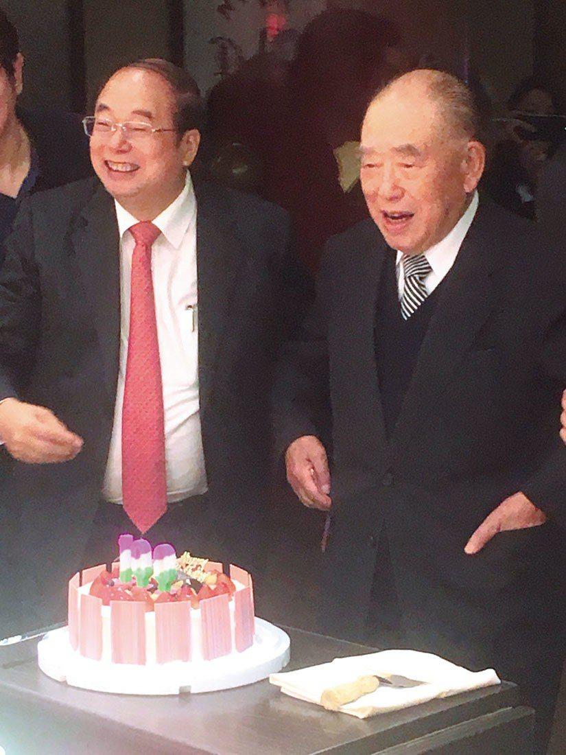 郝柏村(右)接受友人好意,切蛋糕慶祝百歲生日。 攝影/李順德