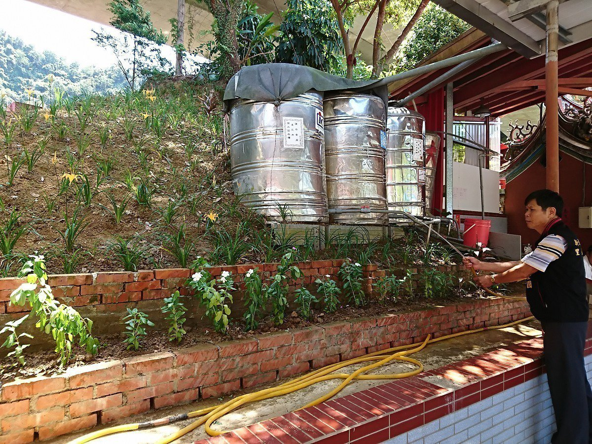 汐止拱北里辦公處就製作了五個水撲滿,儲存十公噸的雨水,用來澆花、洗地板,全里澆花...