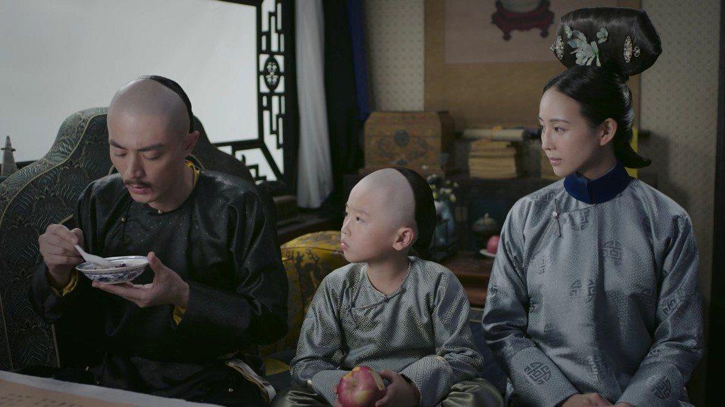 張鈞甯(右起)飾演的「海蘭」,帶五阿哥向霍建華飾演的皇帝洩漏其他皇子心思。圖/截