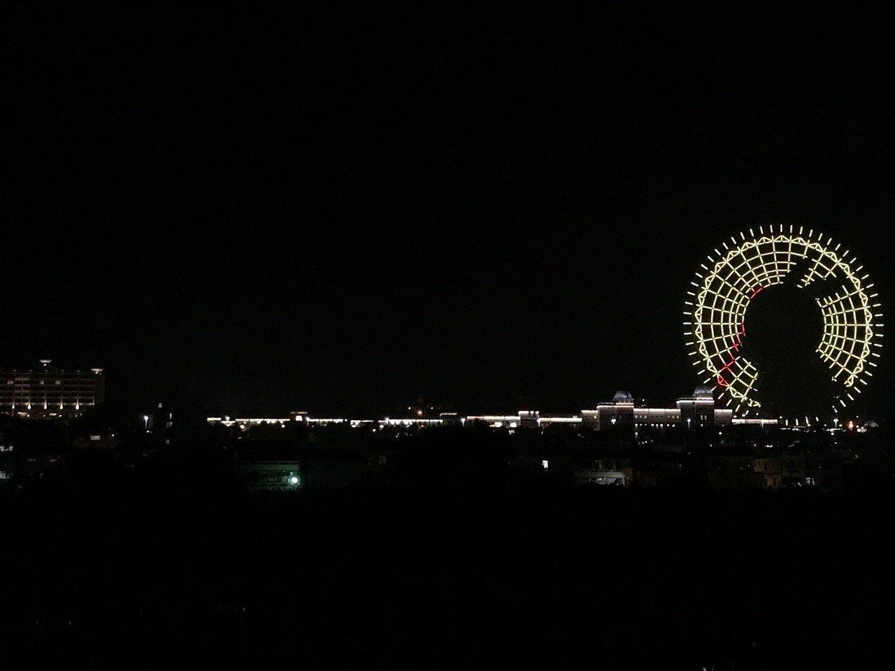台中麗寶樂園推出活潑逗趣的中秋節摩天輪燈光秀。圖/台中麗寶樂園提供