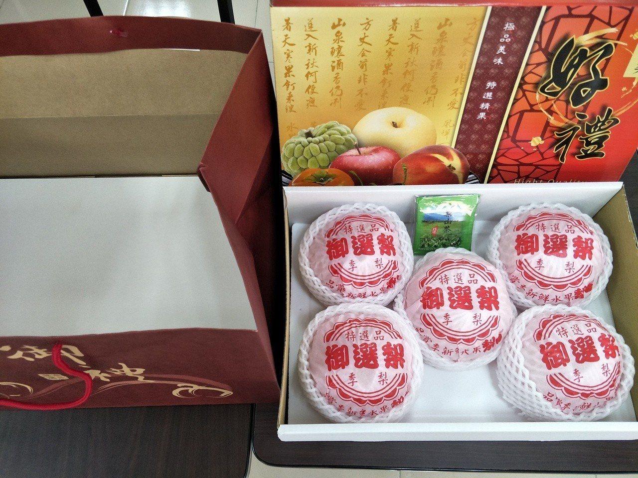 本土水果出頭,台南善化農會協助台中梨山果農賣「梨山甘露梨」水果禮盒,10天來熱賣...