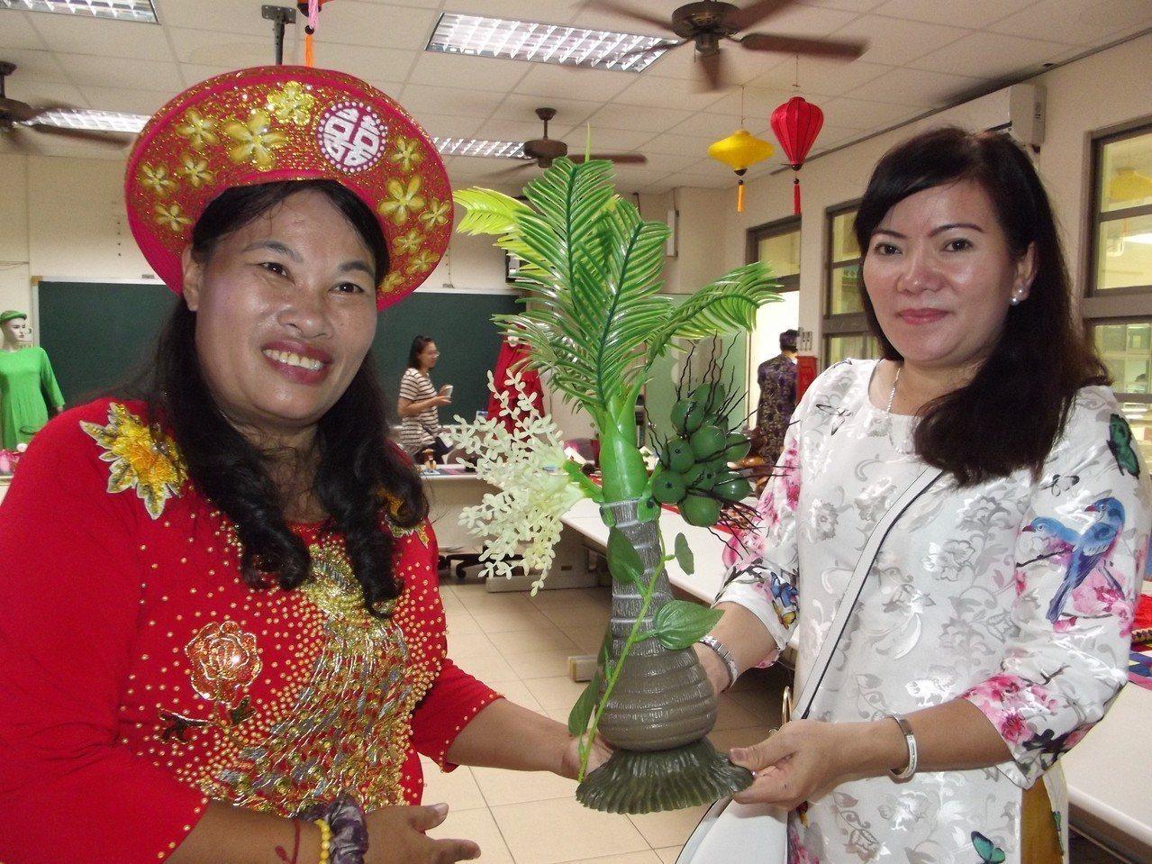 新住民姐妹介紹東南亞文化。記者謝恩得/攝影