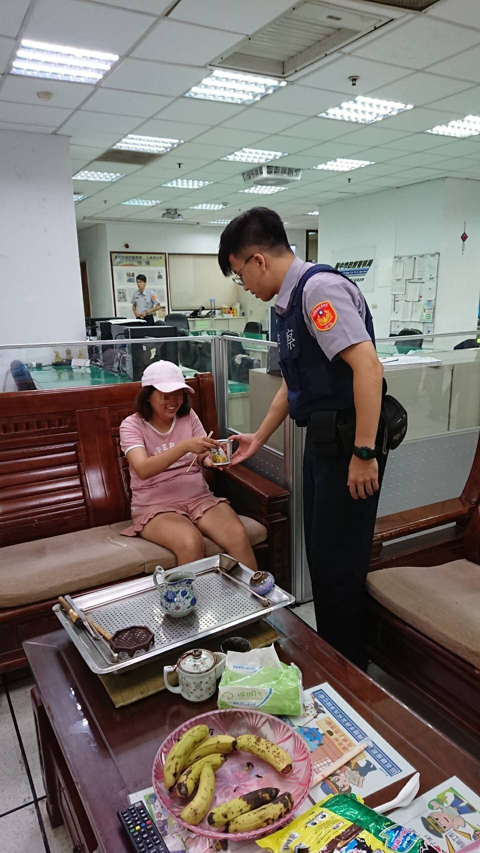 台中警察泡好泡麵請女子吃。記者游振昇/翻攝