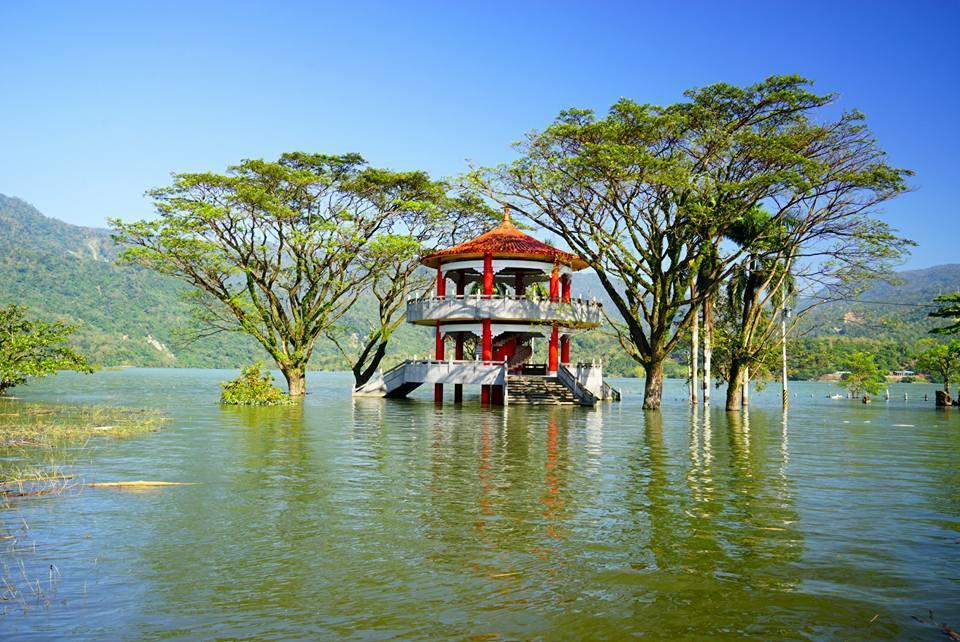 曾文水庫滿水位時,水位都會漫過湖濱公園的涼亭,成為另類湖光美景。圖/徐紹唐提供