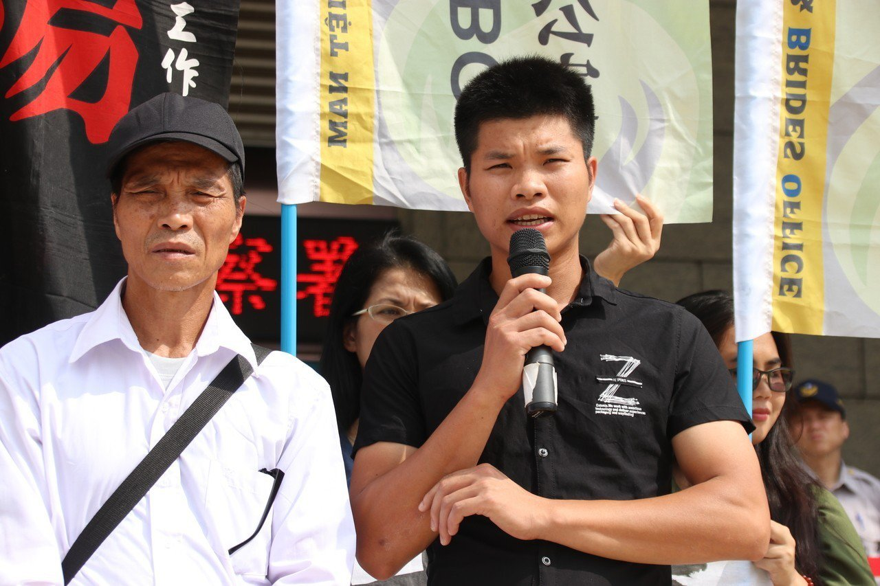 矽卡案死者阮文廌的爸爸阮輝儃(左)、哥哥阮文忠(右),今來桃園地檢處出庭作證。記...