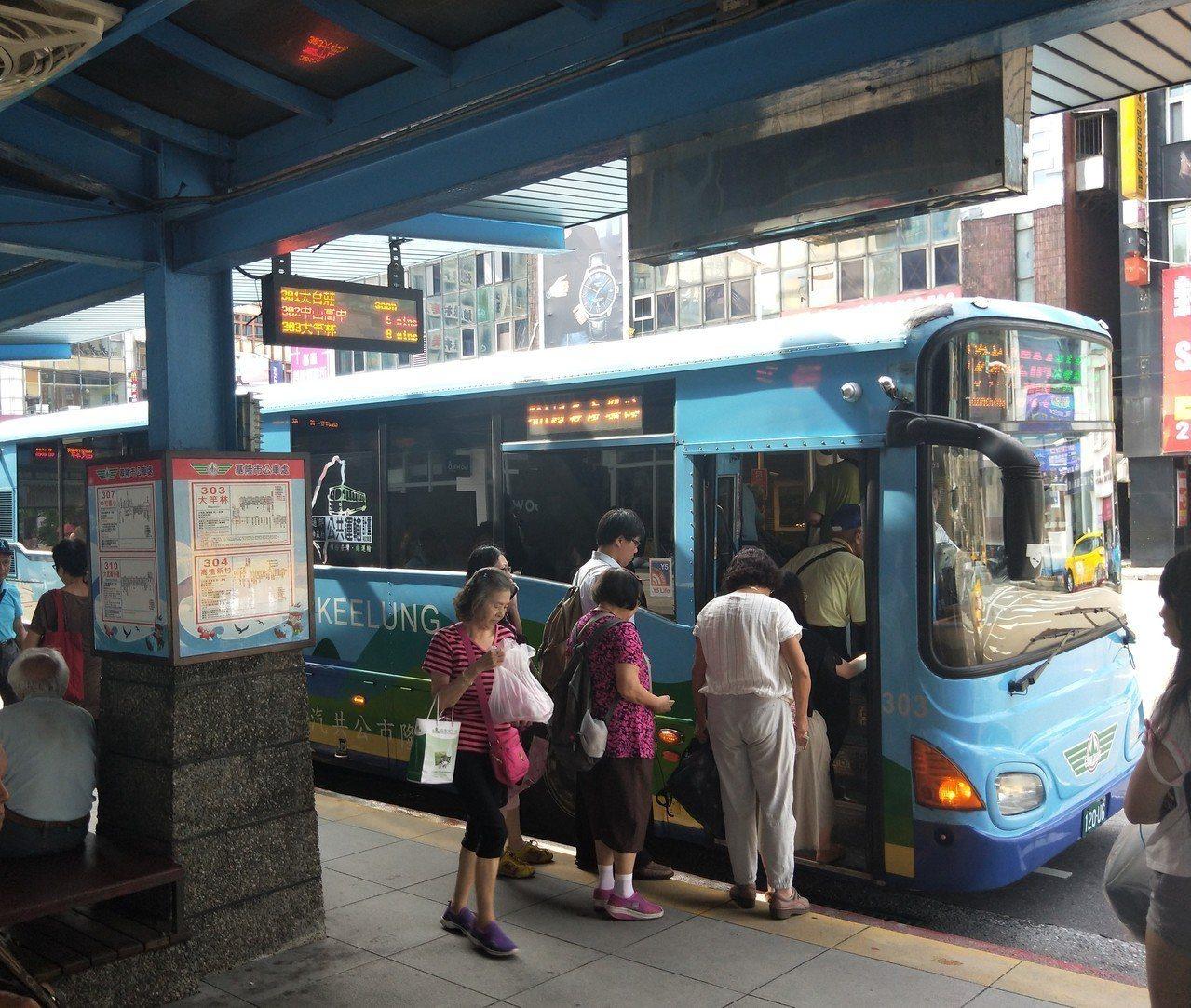 基隆市公車循環站發生一名老翁因公車沒載他,跑到路中擋車。記者游明煌/攝影