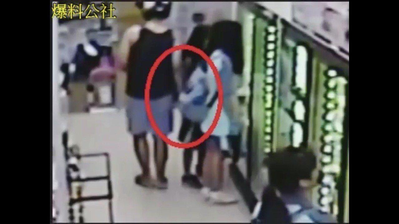 少女指控曾男和她擦身而過時,伸出手摸了她右下腹部。圖/翻攝自爆料公社