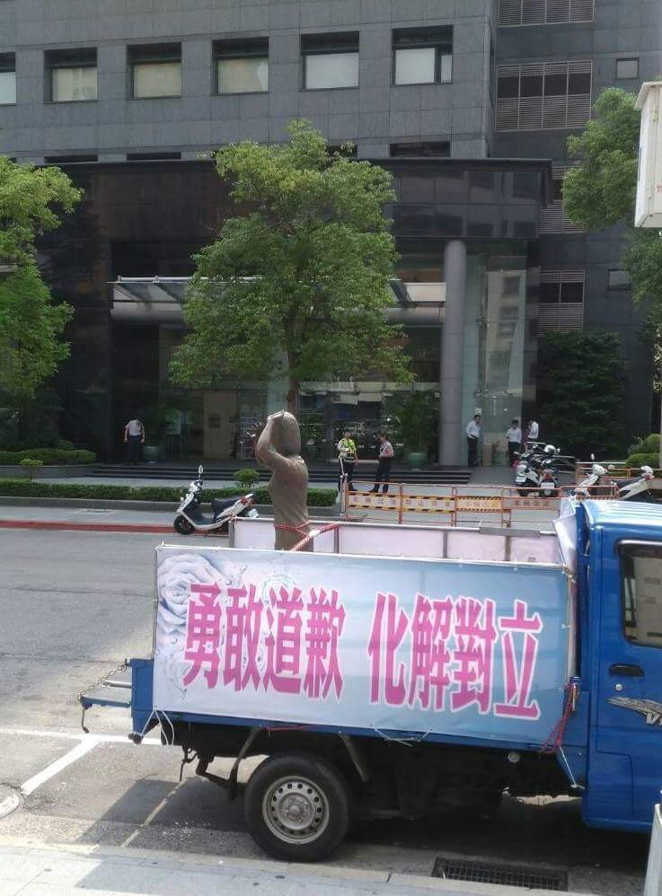謝龍介將慰安婦銅像擺在交流協會門口 圖/謝龍介提供