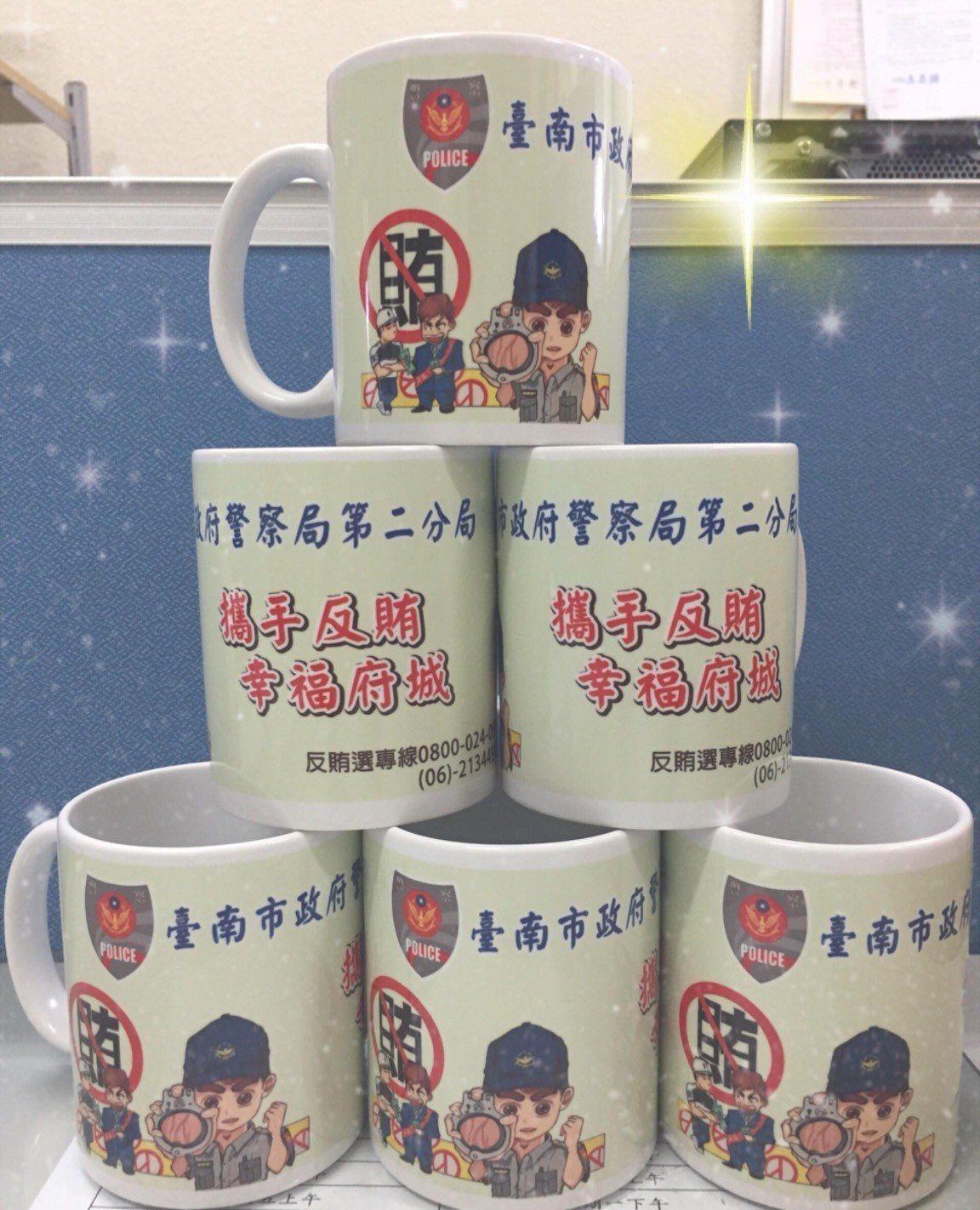 台南市警二分局反賄選馬克杯圖案,由長樂派出所蔣士釗操刀。記者黃宣翰/翻攝