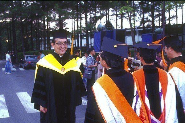 1994年畢業典禮,沈君山校長帶領畢業生環校回顧校園生活。圖/清大提供