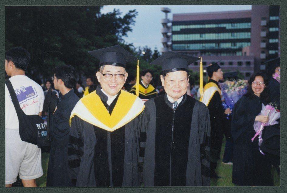沈君山(左)與諾貝爾獎得主楊振寧博士合影。圖/清大提供