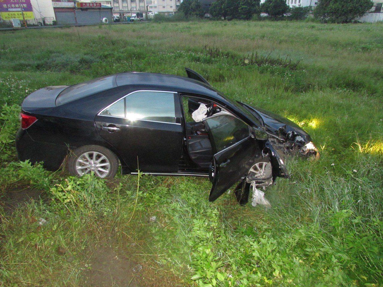 陳姓駕駛開車自撞電桿後,車輛衝進路旁一處空地。記者蔣繼平/翻攝