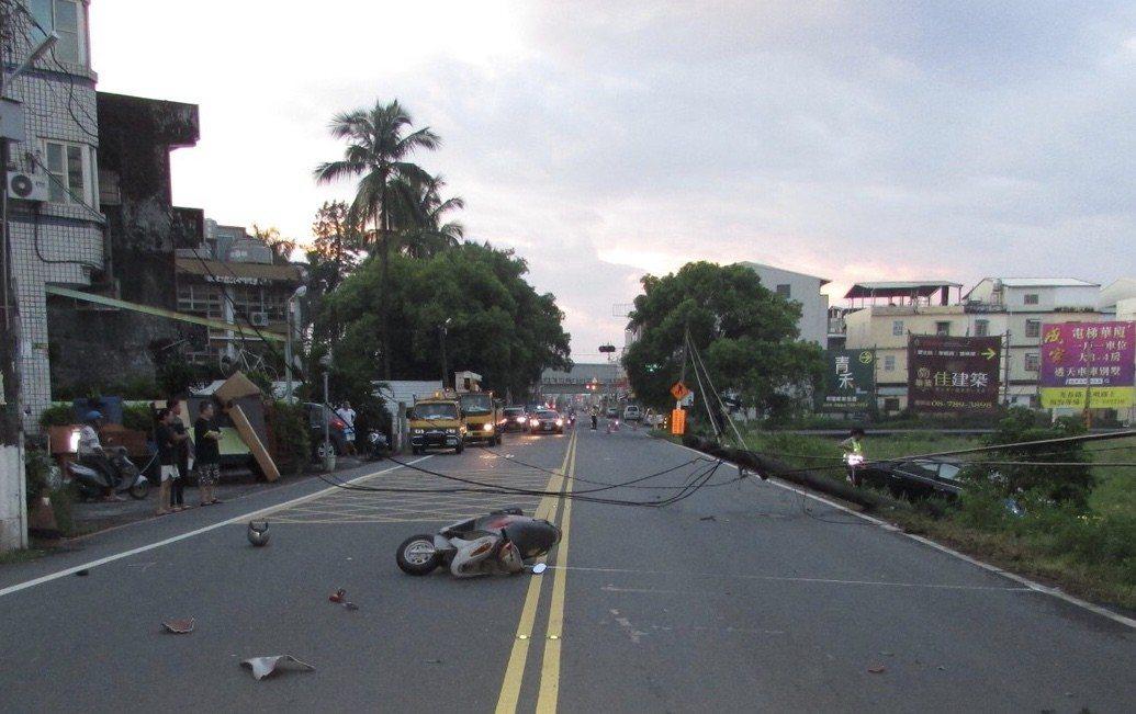 潮州鎮太平路日新工商前方今天清晨5點20分先後發生酒駕開車自撞電桿及機車被電線絆...