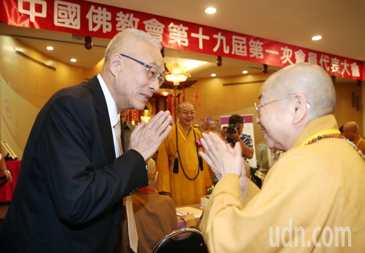 國民黨主席吳敦義(左)上午出席佛教會會員大會,到場時一一和各縣市法師代表致意。記...