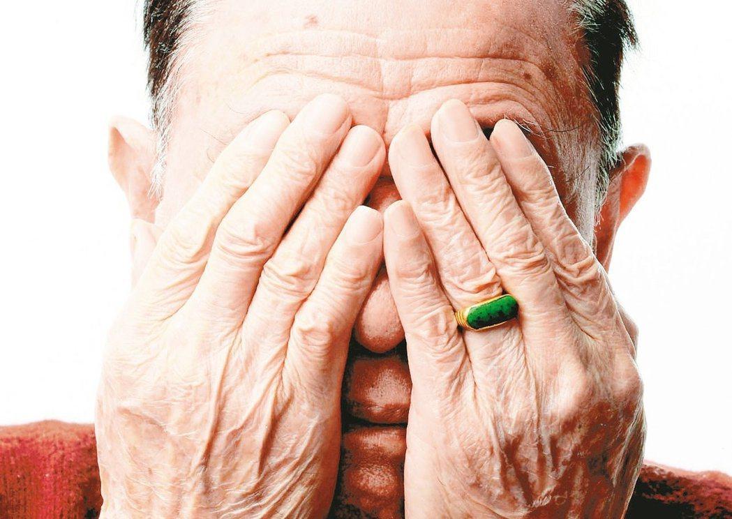 太常盯著3C產品螢幕,當心近視惡化,提升白內障的風險。聯合報系資料照