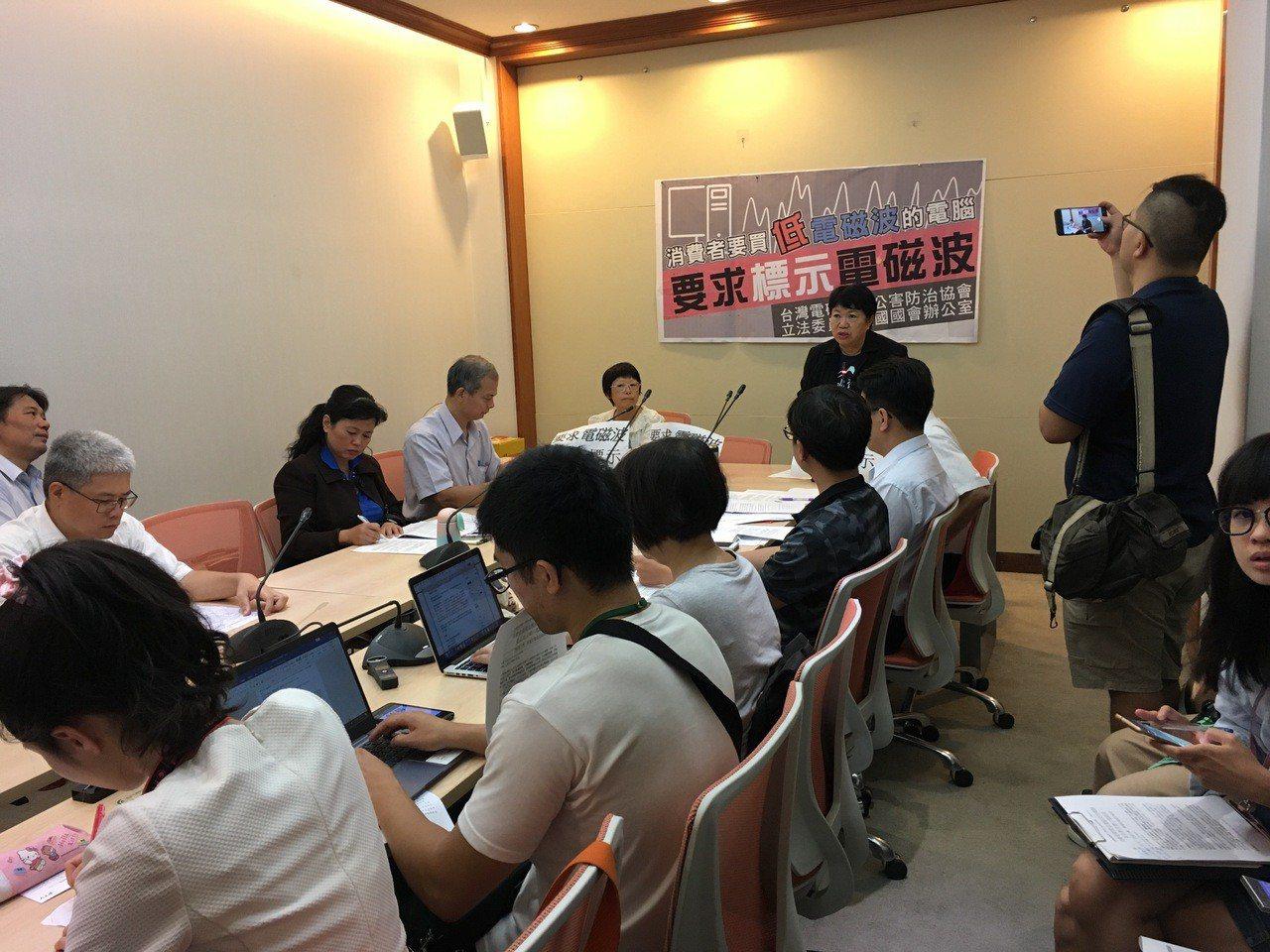 民進黨立委劉建國、台灣電磁輻射公害防治協會今天共同舉辦「消費者要買低電磁波的電腦...