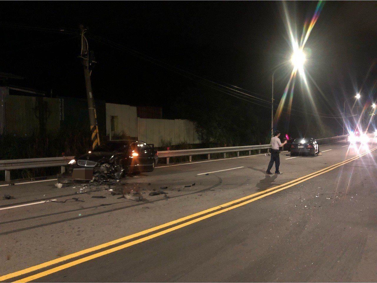 警方頗訝異車損這麼嚴重,2車共5人幸運僅受輕傷。記者林昭彰/翻攝