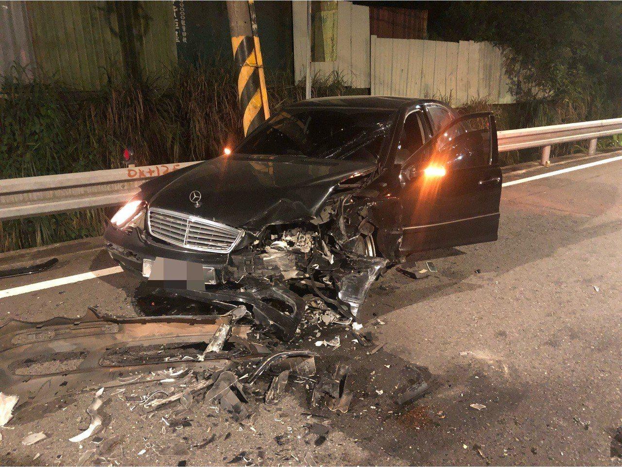 無端挨撞的另1輛賓士車頭側邊被撞爛,可見撞擊力道之大。記者林昭彰/翻攝