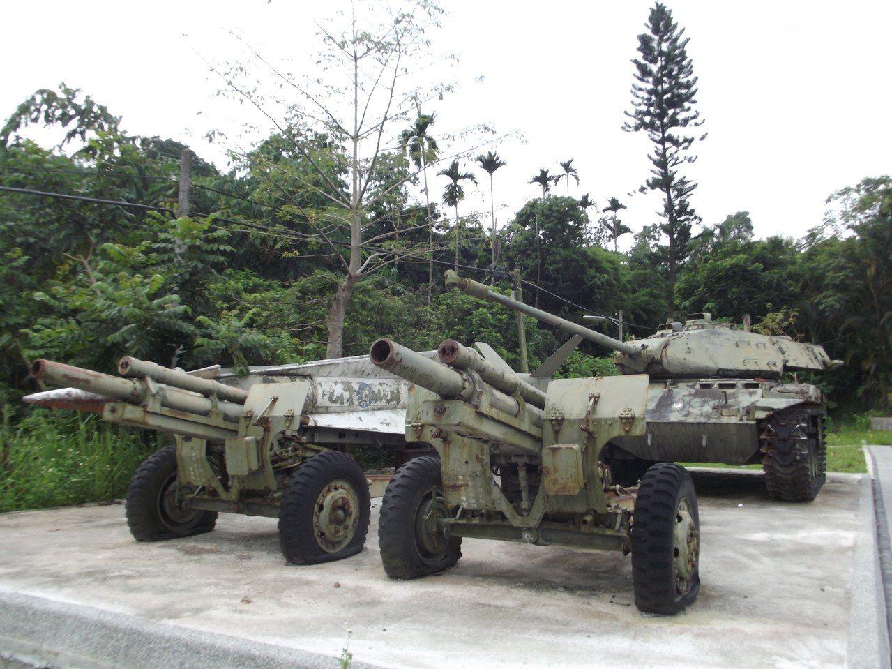 這些退役武器如今被棄置在停車場角落。記者謝恩得/攝影