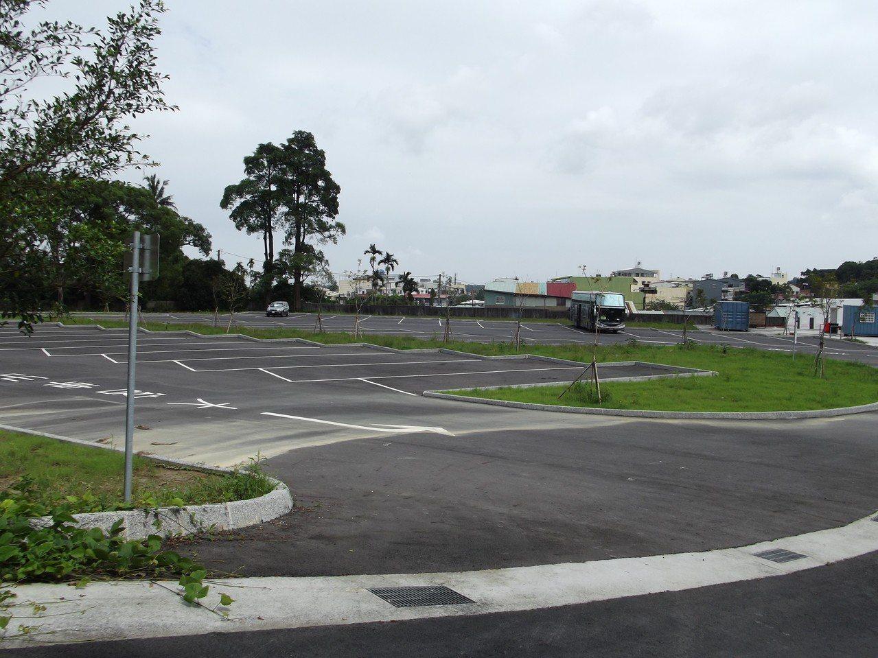 舊梅山國中整建全新的停車場。記者謝恩得/攝影