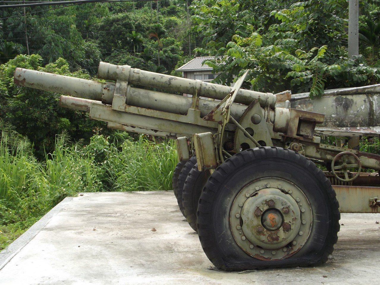 一○五榴砲等展示的退役武器「破輪」又掉漆。記者謝恩得/攝影