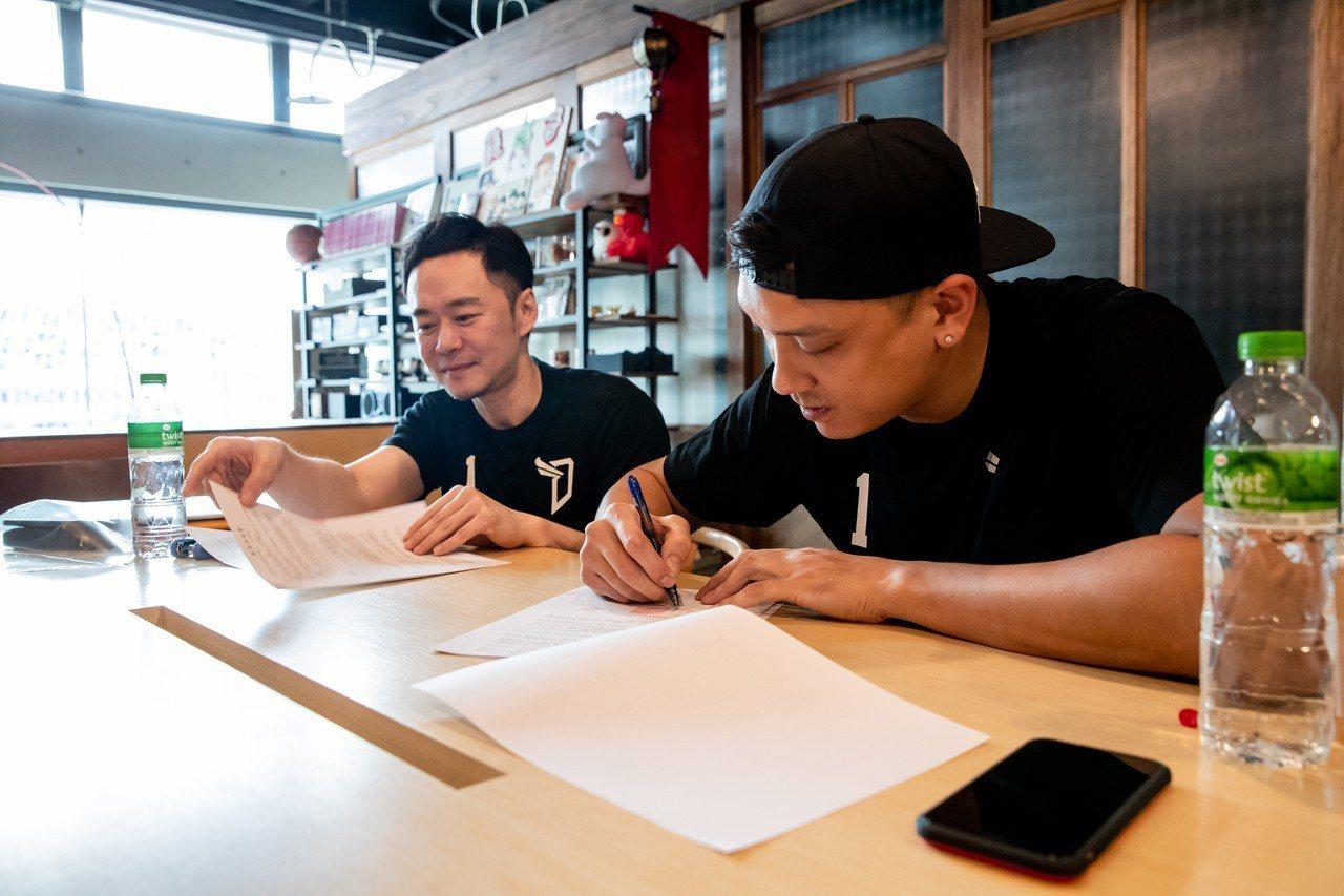 田壘(右)正式加盟寶島夢想家。圖/寶島夢想家提供
