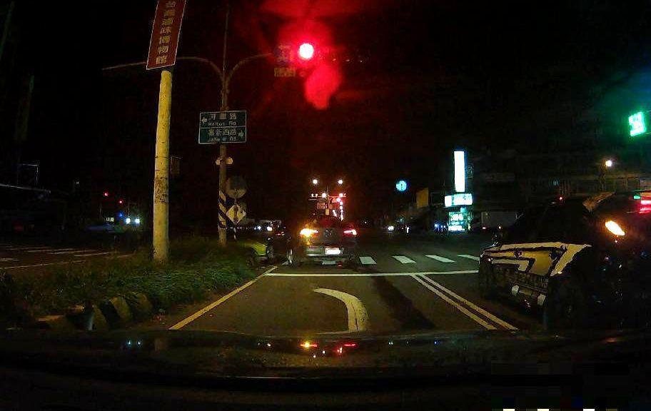 警方攔查轎車,但駕駛不聽又闖紅燈迴轉逃竄。記者林保光/翻攝