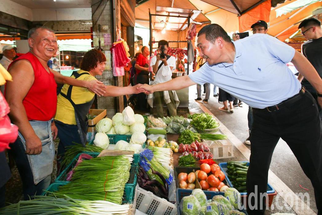 新北市長參選人侯友宜(右)上午到新北市樹林區傳統市場掃街拜票。記者王騰毅/攝影