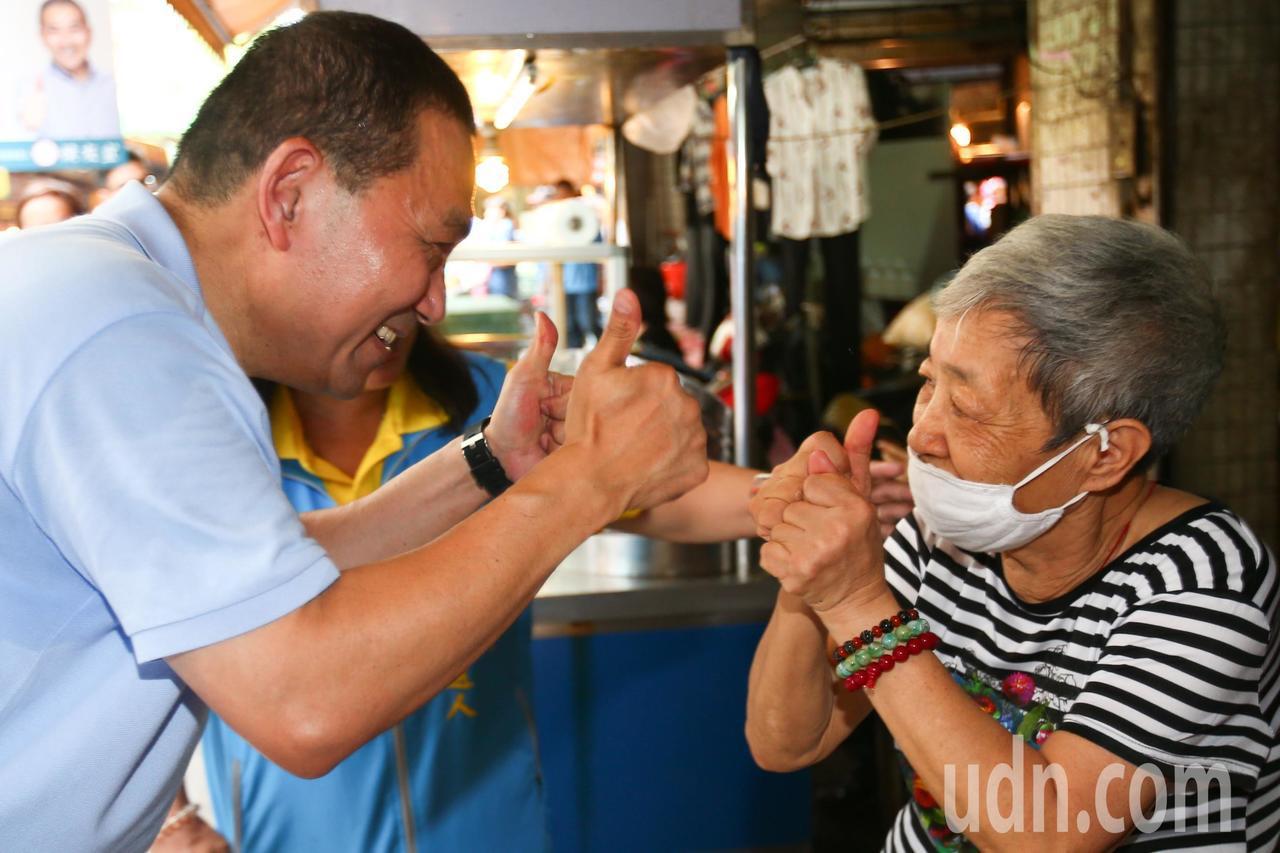 新北市長參選人侯友宜(左)上午到新北市樹林區傳統市場掃街拜票。記者王騰毅/攝影