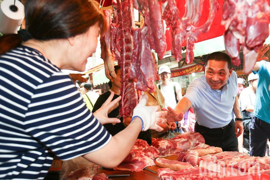 新北市長參選人侯友宜上午到新北市樹林區傳統市場掃街拜票。記者王騰毅/攝影